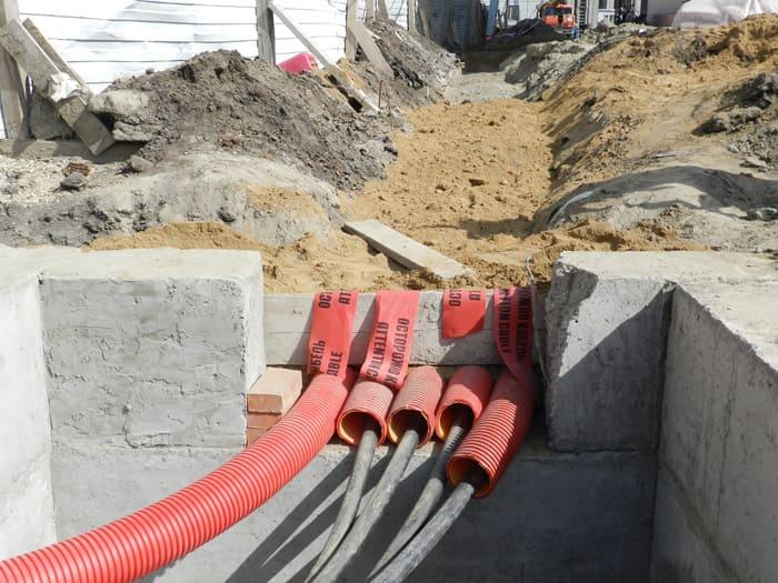 Укладка кабеля в трубы при монтаже траншее